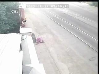 В Пятигорске полицейский на огромной скорости насмерть сбил идущую по обочине женщину и скрылся с места происшествия.